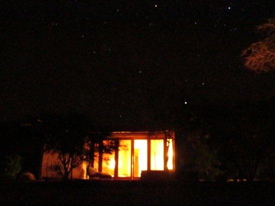 Hotel Cumbres San Pedro de Atacama: Vista nocturna exterior de la habitación