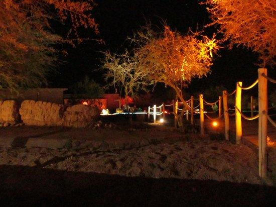 Hotel Cumbres San Pedro de Atacama: Jardines de noche