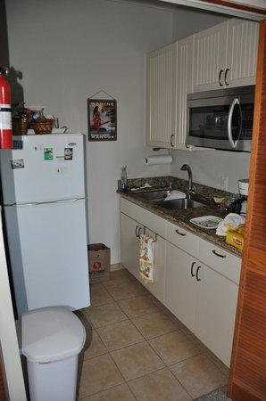 Hale Huanani Bed and Breakfast: Kitchenette area
