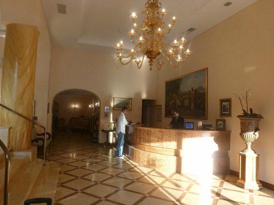 Hotel Artemide: Hotel Reception