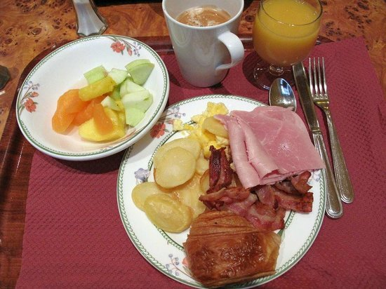 Grand Hôtel des Balcons : Results of a trip to the breakfast buffet. Yum!