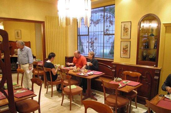 Grand Hôtel des Balcons : The hotel breakfast room was very attractive.