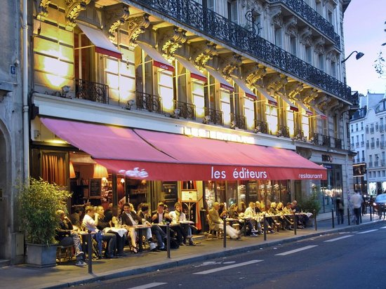 Grand Hotel des Balcons: The neighborhood includes many places to eat or have a coffee.