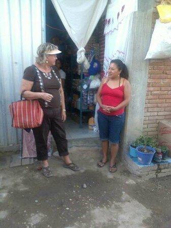 Fundacion En Via : Explaining her business plan for her corner store