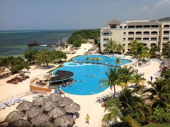 Iberostar Rose Hall Beach Hotel : the grounds keepers did a spectacular job!!