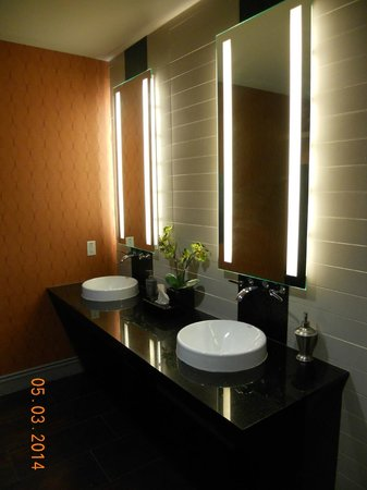Holiday Inn Express Hotel & Suites Kansas City Airport: Lobby restroom