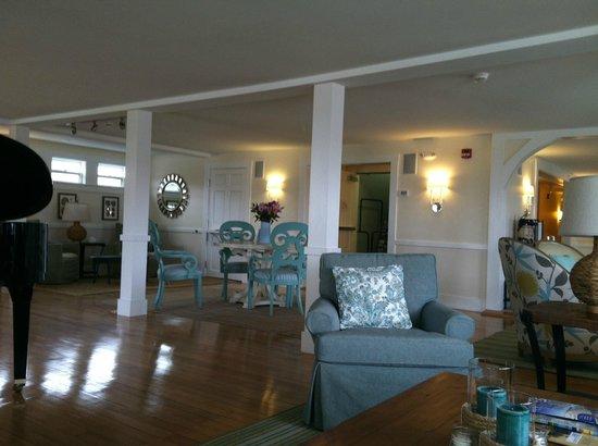 The Colonial Inn: Lobby/sitting area