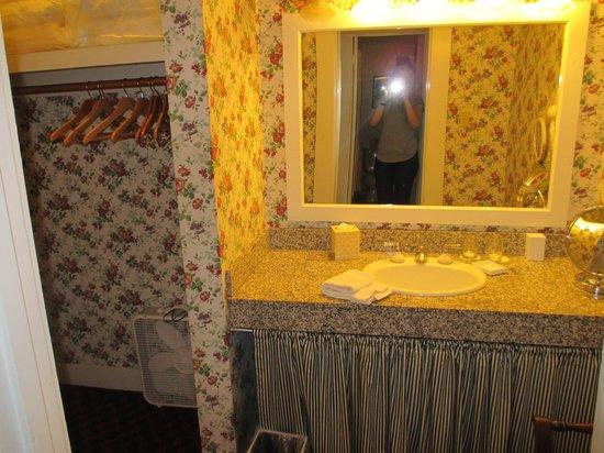 White Swan Inn: Closet and Make up Space!