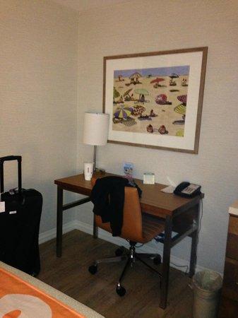 Best Western Plus Gateway Hotel Santa Monica: desk area