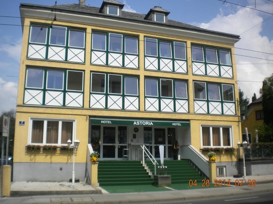Hotel Astoria Salzburg: Outside front entrance