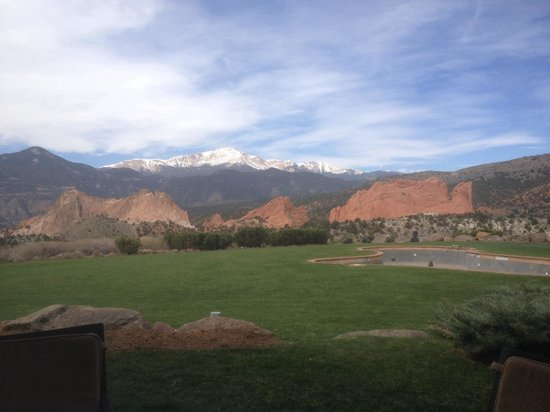 Garden of the Gods Club and Resort : View from our breakfast table on restaurant patio