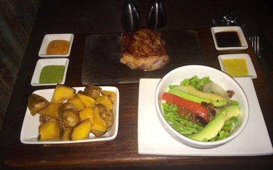 Uchu Peruvian Steakhouse: Bife de alpaca  La ensalada tiene un aliño de padre y señor mío