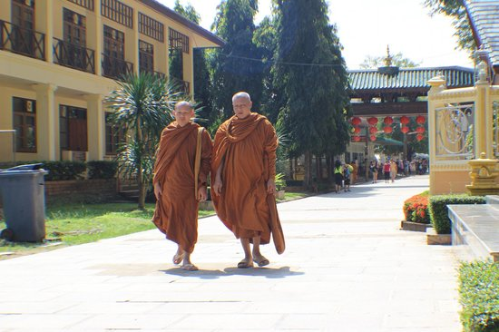 Tiger Cave Temple (Wat Tham Suea) : Monks walking around the grounds.