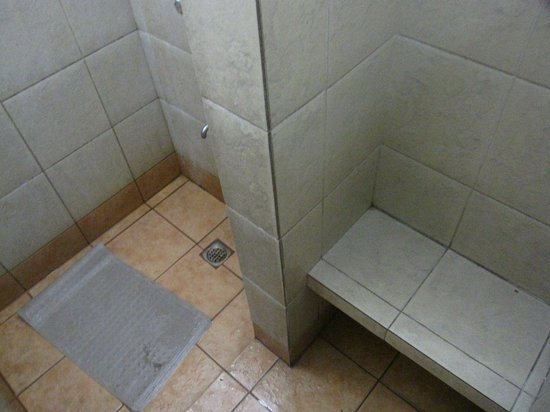 Island Cove Hotel and Leisure Park: Inside the shower room (Female)