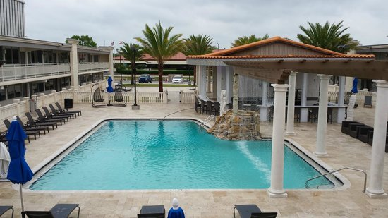 Clarion Inn : Pool, waterfall, bar