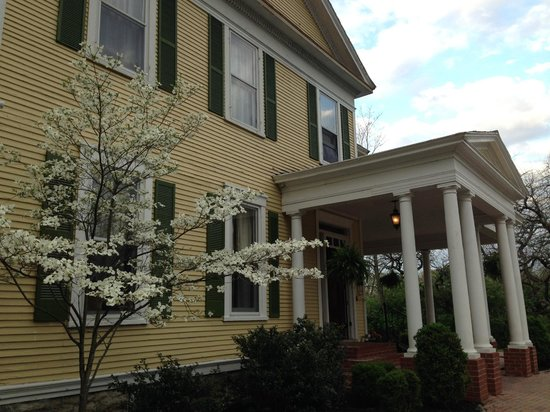 Six Acres Bed & Breakfast: The main house