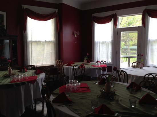 Six Acres Bed & Breakfast: The dining room.