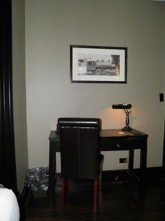 The Mansfield: Un petit bureau dans l'entrée de la chambre