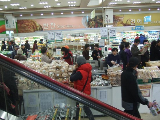 National Agricultural Cooperative Federation's agricultural products department store: 二階へのエスカレーターから見た店内