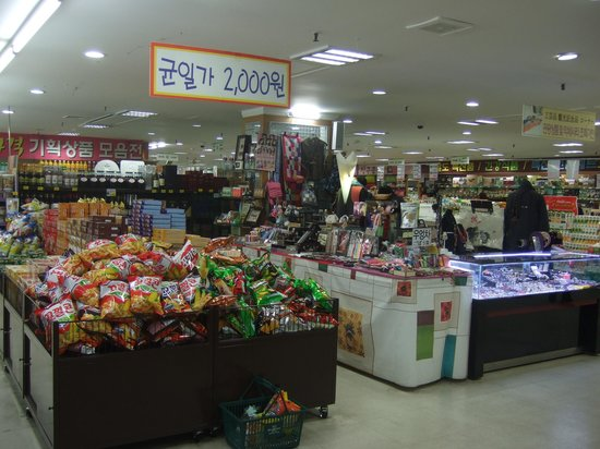 National Agricultural Cooperative Federation's agricultural products department store : 店内一階の売り場
