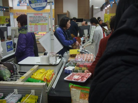 National Agricultural Cooperative Federation's agricultural products department store : レジは1階にしかない