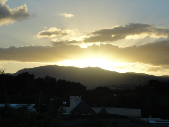 Moonlight Bay Hostel : Sunset over the mountains