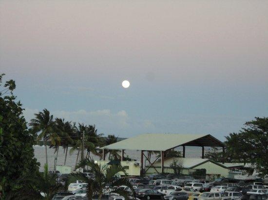Moonlight Bay Hostel: Ferry parking lot
