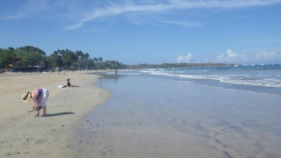 Hotel Tamarindo Diria : Afternoon walk on the beach