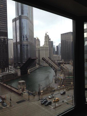 Renaissance Chicago Downtown Hotel: Bridge was going up!