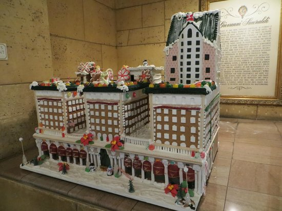 Millennium Biltmore Los Angeles: gingerbread house in lobby during X'mas