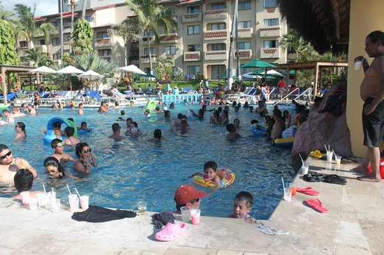 Canto Del Sol Plaza Vallarta: a photo of the pool bar and the kids
