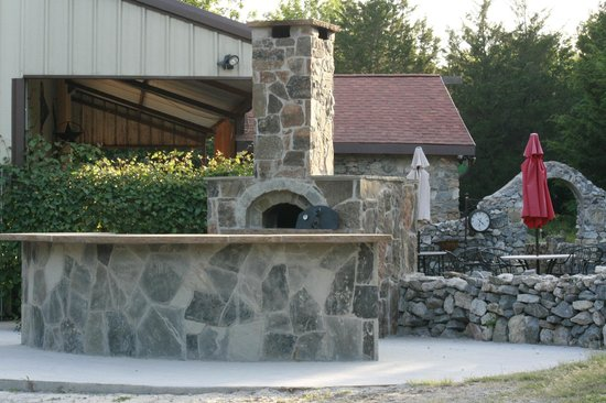 Wales Manor Vineyard & Winery: wood fired  pizza