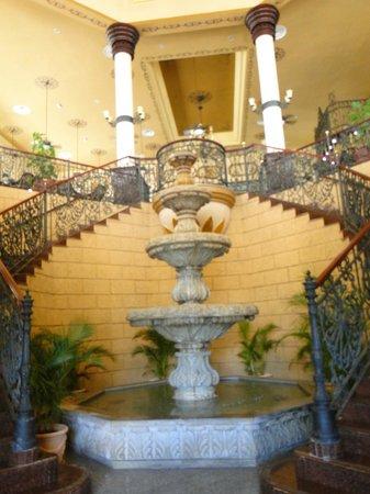 Hotel Riu Palace Punta Cana: Acceso al lobby desde el patio