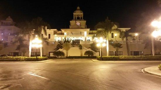 Hotel Riu Palace Punta Cana: Vista nocturna del frente del hotel