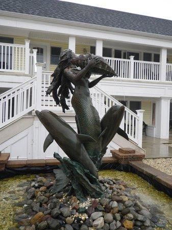 Madison Avenue Beach Club Motel: fountain