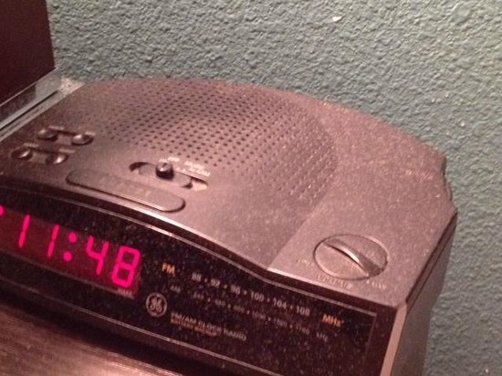 Alexis Park Resort: Dusty alarm clock.