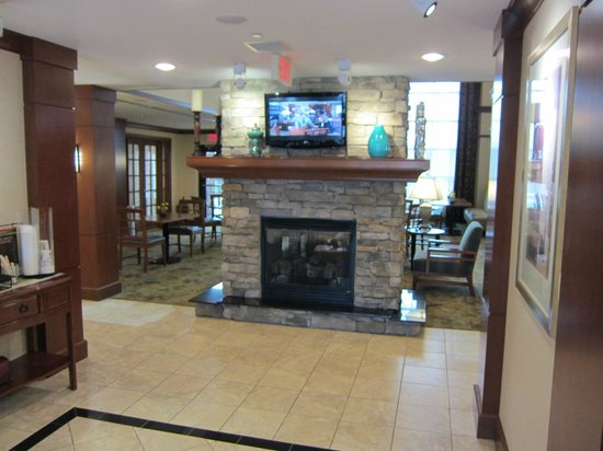 Staybridge Suites Wilmington - Brandywine Valley: Fireplace in lobby