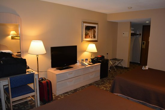 Howard Johnson Hotel by the Falls Niagara Falls: Fridge and Tv