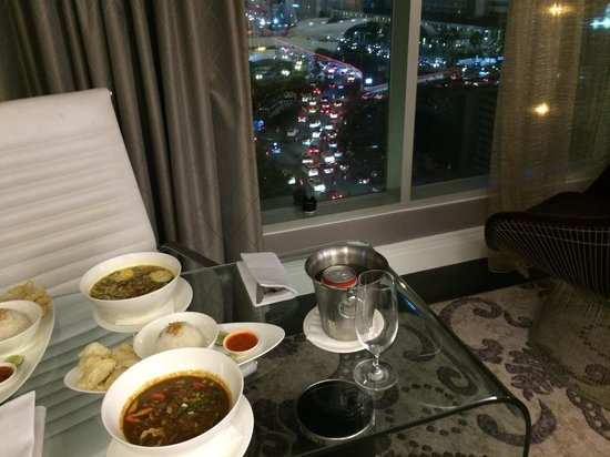 Hotel Indonesia Kempinski: Room service and view