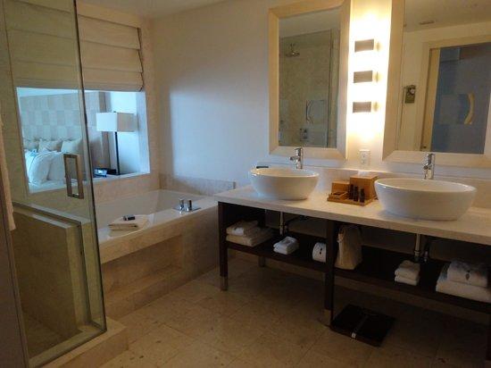 EPIC Hotel - a Kimpton Hotel: Beautiful luxurious bathroom