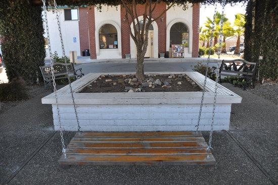 Motel 6 Cameron Park: Outside Sitting Area