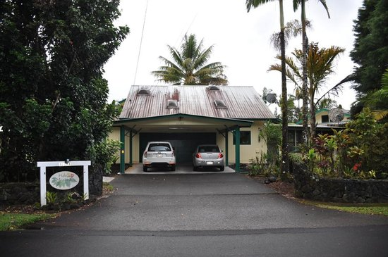 Hale Moana Bed & Breakfast: Front of house from road