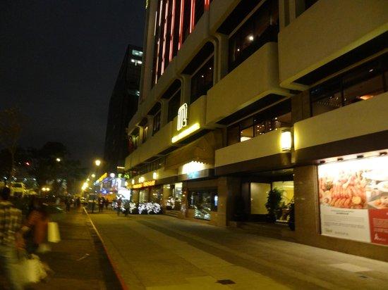 Regal Kowloon Hotel: Вход в отель