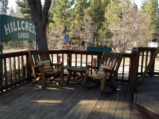 Hillcrest Lodge: Another patio for guests