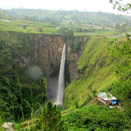 Sipiso Piso Waterfall: Sipisopiso falls