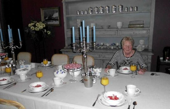 B&B Cimbarsaca: Martine aan de ontbijttafel