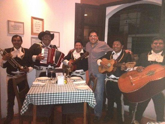 Toscana: Con un gran apoyo y hasta mariachis en la celebración