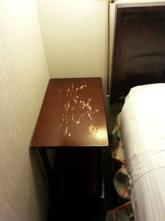 Ramada Portland Airport: bedside table is bad