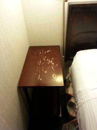 Ramada Portland Airport : bedside table is bad