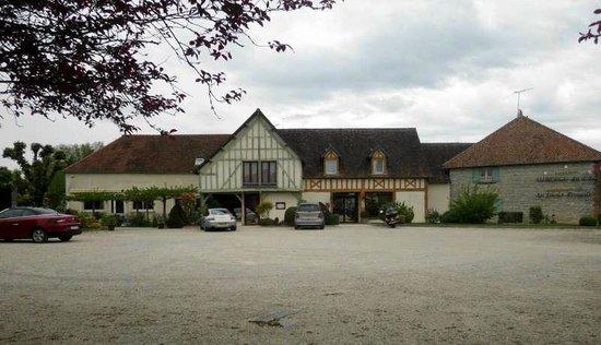 Auberge du Lac : het hotel met grote parking voor het hotel